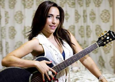 Foto de Ana Isabelle con su guitarra
