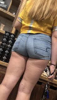 Joven preciosa rubia shorts apretados ropa interior marcada