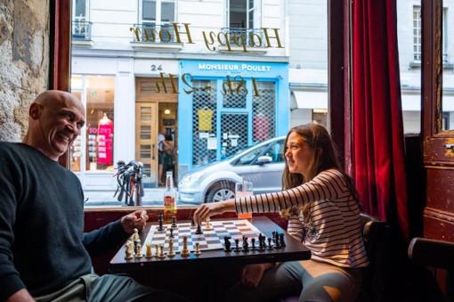 On peut jouer aux échecs au Piment Café dans le Marais