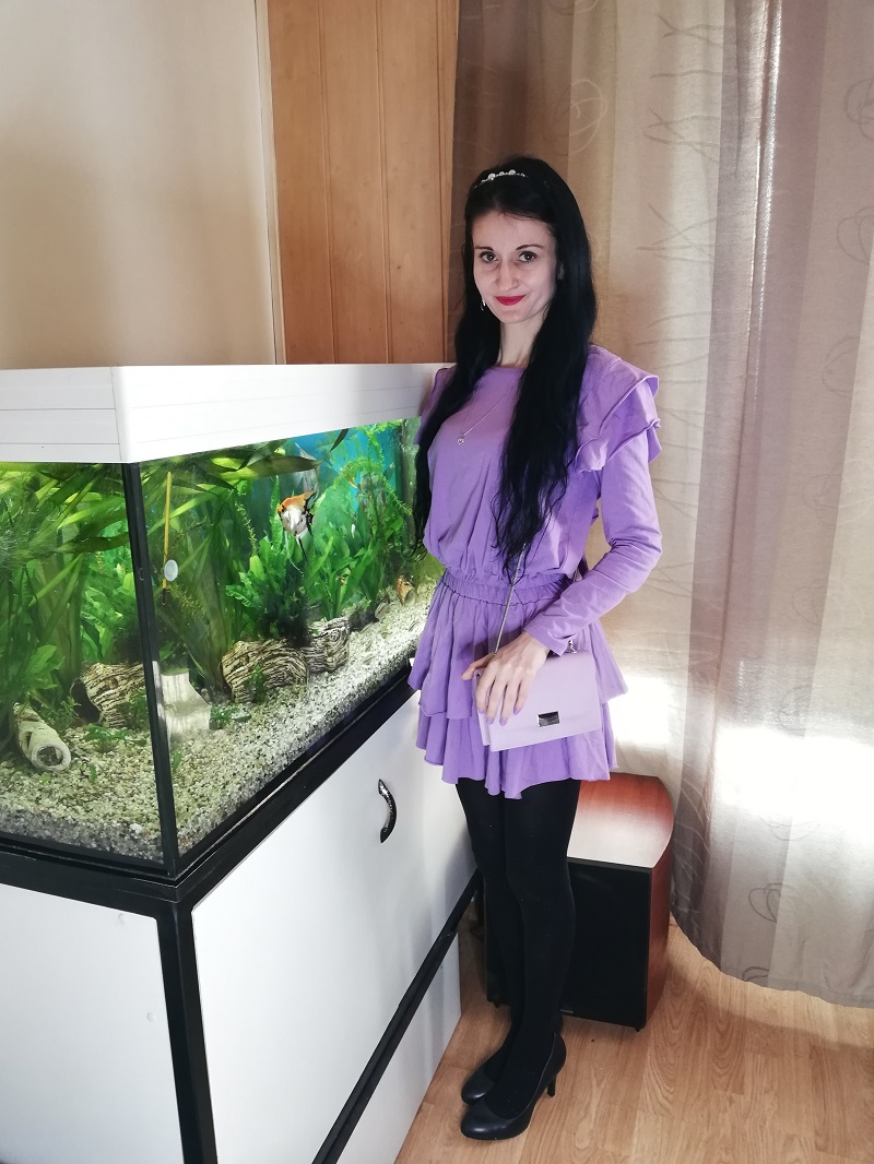 Liliowa dresowa sukienka i jasnoliliowa torebka z Pull&Bear