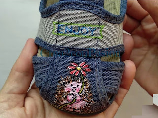 Hedgehog-pintado-sobre-zapatilla-infantil-con-pintura-textil-Crea2-con-Pasion