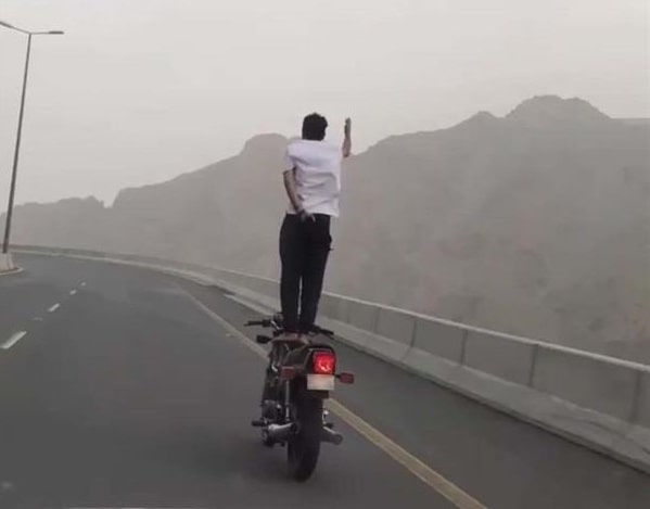 A MAN ARRESTED IN TAIF FOR PERFORMING MOTORCYCLE STUNT ON ROAD