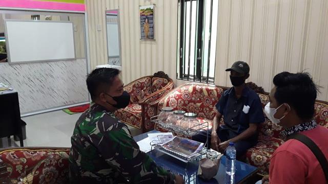 Cegah Penyebaran Covid-19, Personel Jajaran Kodim 0208/Asahan Laksanakan Komsos Dengan Warga Pada Persiapan Pesta Pernikahan