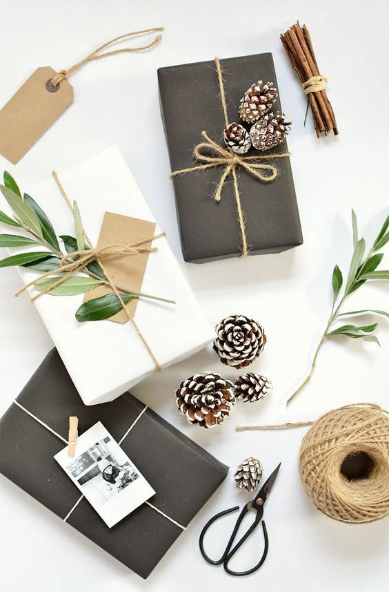 Papel preto e papel branco, ráfia , pinhas, fotos, galhos naturais, paus de canela