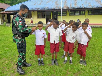 TNI Latih Baris Berbaris Siswa Sekolah di Perbatasan