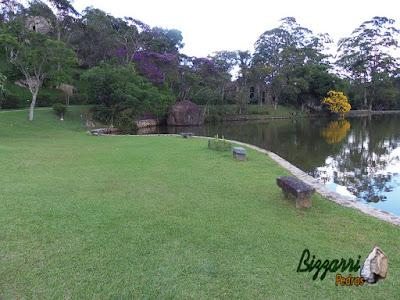 Construção de lago com pedra moledo em área de lazer em condomínio em Atibaia-SP.
