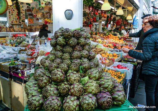 Alcachofras frescas em uma banca do Mercado do Testaccio, Roma