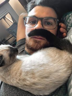 Mann mit lustigem Katzenbart