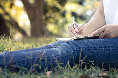 pisanje-poruke-papiricu-kolenima-olovkom