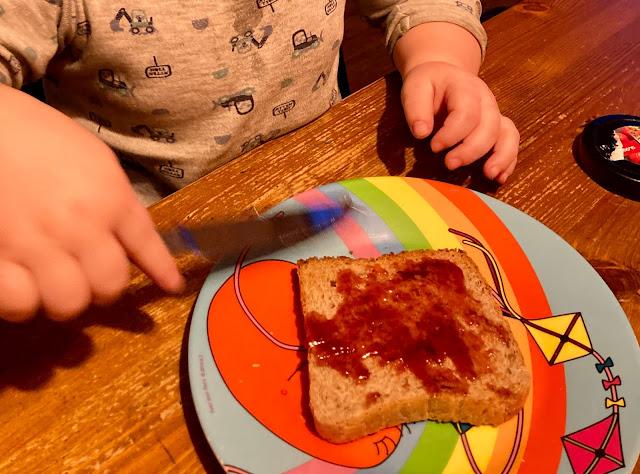 Tjelle schmiert sich einen Toast