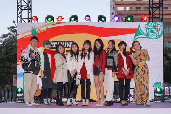 17LIVE新年演唱會首場演出LIVER和音樂總監任中強(左一)及主持人圓圓大合照