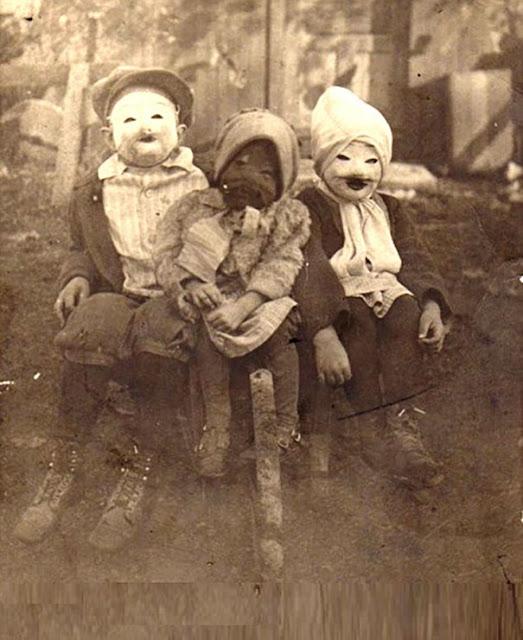 仮装の参考になる?昔のハロウィンの不気味すぎる仮装。8選