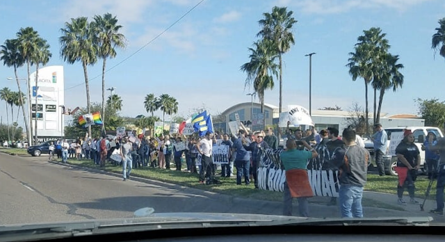 """""""No Border Wall!"""" 50 to 75 Low Energy Anti-Wall Protesters Line the Streets of Texas Awaiting Trump's Arrival (VIDEO) Much more Pro-Trump supporters also show up"""