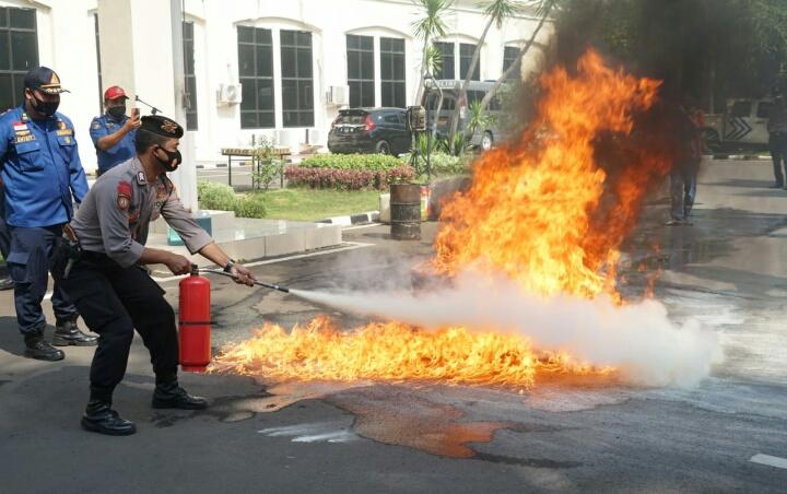 Damkar Beri Pelatihan Pemadam Api Pada Petugas Polres Metro Bekasi