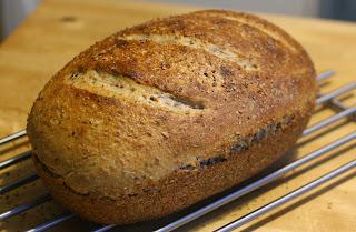 domowy chleb pszenno-żytni z garnka rzymskiego