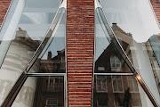 宛若布簾般的玻璃立面,讓建築與時尚融為一體