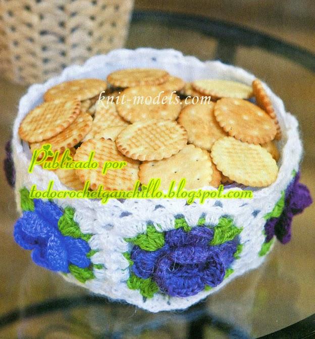 Fuente reciclada para galletitas decorada con grannys al crochet