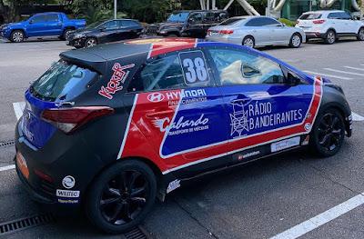 Carro do piloto Rogério Motta carrega a marca da emissora. Crédito: Instagram @copahb20