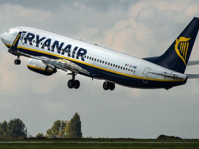 Allarme bomba in aereo Ryanair decollato da Cracovia: arrestati due passeggeri