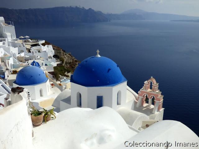 Foto de cupulas azules e iglesia rosa Santorini