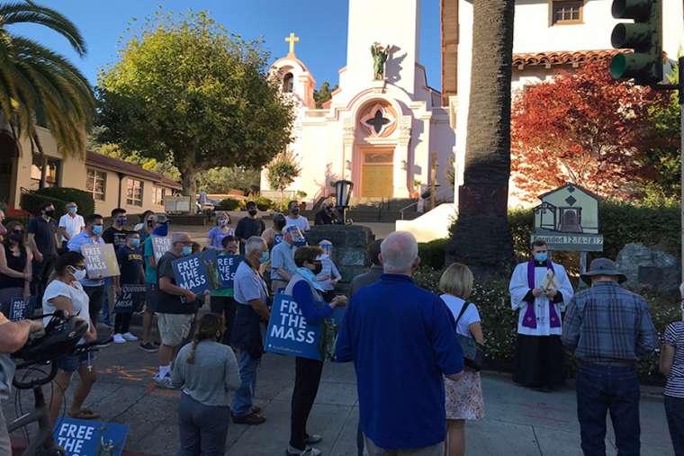 """Umat Katolik California berdoa, memprotes patung St. Junipero Serra yang hancur  Umat Katolik di California berunjuk rasa dalam demonstrasi damai Selasa malam di bekas situs patung St. Junipero Serra, yang dirusak dan ditarik oleh sekelompok aktivis awal pekan ini.  Kerusuhan di mana patung itu dihancurkan terjadi 12 Oktober di Mission San Rafael Arcángel di San Rafael, CA, sebelah utara Teluk San Francisco.  Pastor Kyle Faller, pastor paroki di misi tersebut, memimpin rosario dan berpidato di hadapan 75-100 orang pada 13 Oktober, banyak dari mereka memegang tanda bertuliskan """"Bebaskan Misa,"""" mengacu pada pembatasan kota COVID-19 pada ibadat umum , yang oleh uskup agung San Francisco disebut tidak adil.  Faller juga memimpin Litani Reparasi untuk penghancuran patung, serta doa kepada St. Michael the Archangel. Uskup Agung Salvatore Cordileone akan melakukan doa pengusiran setan di bekas situs patung pada 17 Oktober.  """"Biarlah ini menjadi waktu bagi Anda semua untuk berani dan tidak takut, seperti yang dikatakan Paus kita yang agung, St. Yohanes Paulus II,"""" kata Faller kepada orang banyak.  Artinya, iman kita tidak terbatas pada kehidupan pribadi atau di dalam gereja itu sendiri. Iman kita dimaksudkan untuk hidup di gereja tetapi juga di jalanan, di rumah kita, di tempat kerja kita. """"  St. Serra, seorang pendeta dan misionaris Fransiskan abad ke-18, dipandang oleh beberapa aktivis sebagai simbol kolonialisme dan pelecehan yang diderita banyak penduduk asli Amerika setelah kontak dengan orang Eropa. Namun, sejarawan mengatakan misionaris itu memprotes pelanggaran dan berusaha melawan penindasan kolonial.  Sementara banyak penduduk asli mengalami pelecehan yang mengerikan, para aktivis cenderung menyamakan pelecehan yang diderita Pribumi lama setelah kematian Serra dengan periode ketika Serra masih hidup dan membangun misi. Paus Fransiskus mengkanonisasi Serra pada 2015 saat berkunjung ke Amerika Serikat.  Meskipun Serra sendiri tidak menemukan Misi San Rafael, keberad"""