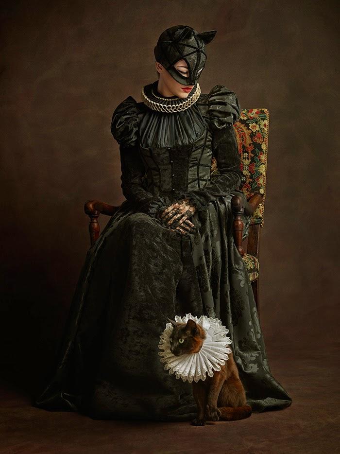 Mulher Gato com vestido do século 16