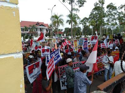 Tuntut Jabatan Kades Dikembalikan, Ratusan Warga Pro Mardiana Geruduk Kantor Bupati