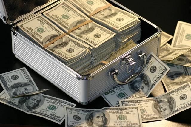 ilustrasi uang di dalam koper