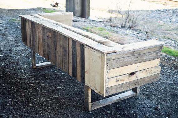 Dishfunctional designs god save the pallet reclaimed for Sofas de madera para jardin