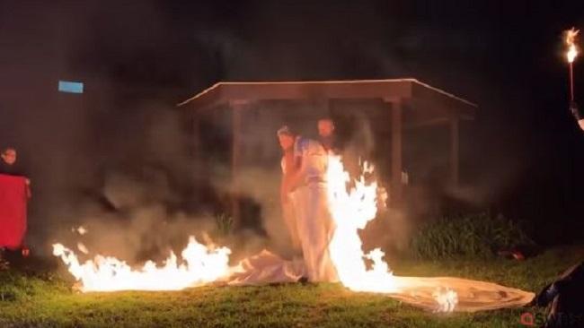 Παντρεύτηκαν και έβαλαν φωτιά στα... νυφικά τους! (video)