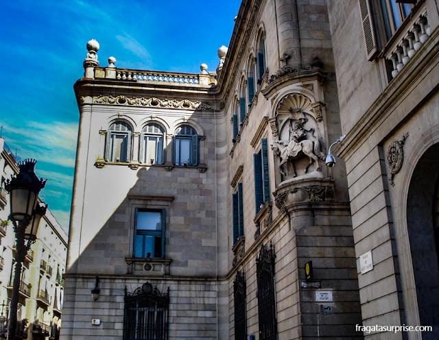 Fachada neoclássica da Casa de la Ciutat, sede da Prefeitura de Barcelona