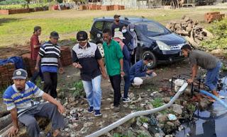 Bersama Lurah, Mahasiswa KKN UNRAM Bersihkan Saluran Mampet di Lingkungan Jatiwangi