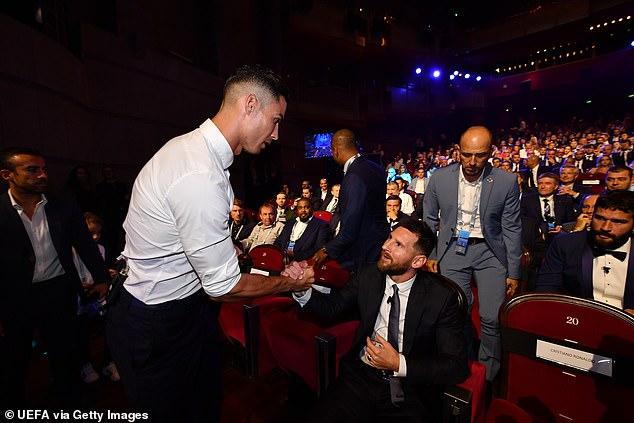 Messi và Ronaldo tay bắt mặt mừng, thân thiện khó tin 2