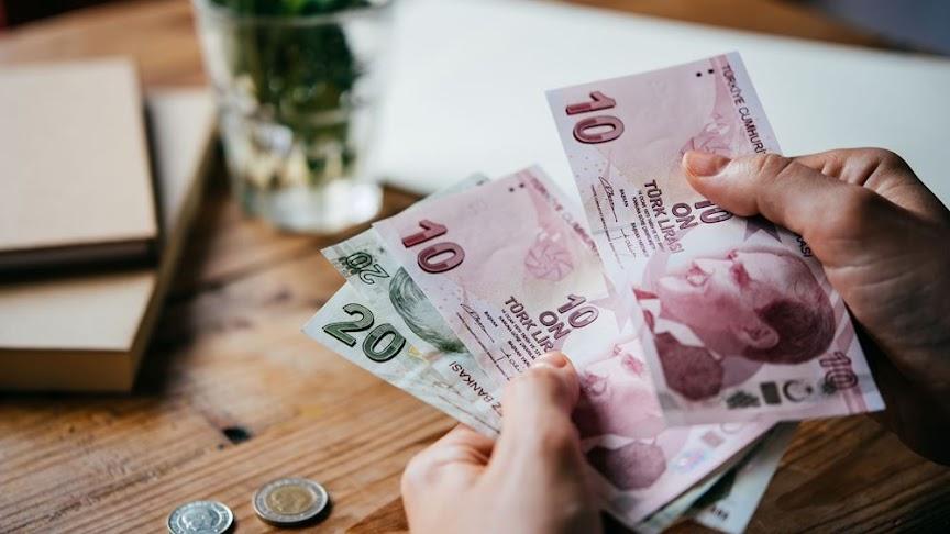 Ο Ερντογάν ζητά (ξανά) μείωση των επιτοκίων και στέλνει τη λίρα σε νέα χαμηλά