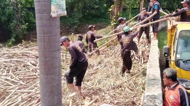 Tinjau Penanganan Sampah Bambu Di Kali Cikeas , DPRD Jabar  Minta 3 Daerah Atasi Bersama.