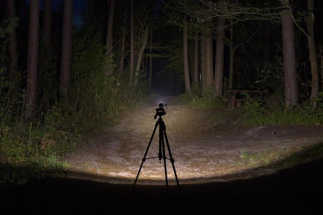 Wiązka światła latarki Folomov 18650s prezentująca w realu swoje możliwości