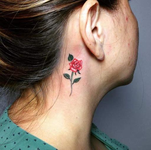 Este pequeno atrás da orelha tatuagem