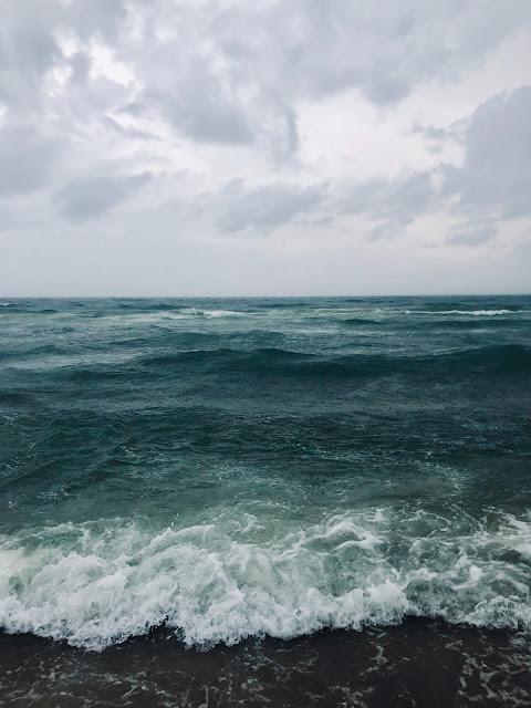 Imagen de mar en una playa, el agua revuelta en olas que rompen en la orilla