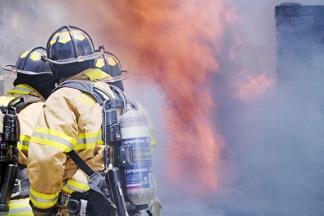 Bomberos en incendio