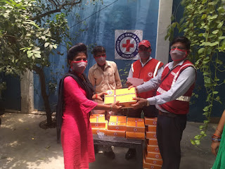 सीतापुर : रेड क्रॉस सोसाइटी के ज़ाहिद अन्सारी ने लोगो को जागरूक करते हुए मास्क व हाइजीन किट बाटी