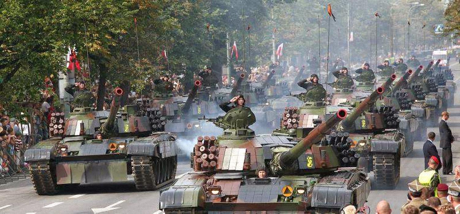 A Polônia se prepara para o pior. Parada militar em Varsovia, agosto 2014.