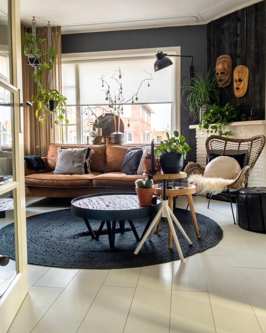 Klimatyczne mieszkanie z industrialnymi elementami, wystrój wnętrz, wnętrza, urządzanie domu, dekoracje wnętrz, aranżacja wnętrz, inspiracje wnętrz,interior design , dom i wnętrze, aranżacja mieszkania, modne wnętrza, styl skandynawski, scandinavian style, boho, styl industrialny, industrial style, styl rustykalny, retro, urban jungle, salon, living room, sofa, kanapa, fotel