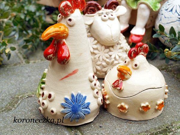 Ceramiczne pisanki i drób na Wielkanocny stół