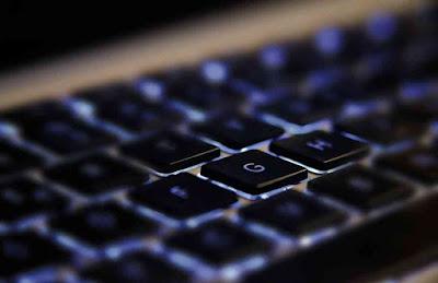 Membersihkan keyboard