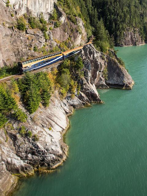 tren con vista panorámica a orillas de la costa pacífica, foto aérea