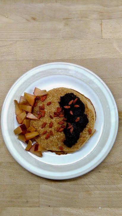 Wegańskie naleśniki z amarantusem z mąki pełnoziarnistej i na mleku sojowym.