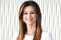 «Mi lavo, giuro, tutti i giorni», Manuela Arcuri scherza al gioco della cassettiera con Caterina Balivo