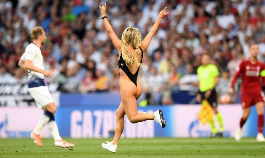 Ποια είναι τελικά η καυτή ξανθιά καλλονή που εισέβαλε και διέκοψε ημίγυμνη τον τελικό του Champions League (ΦΩΤΟ-VIDEO)