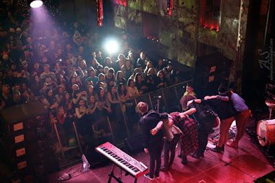 Telefon na koncercie - zdjęcia, nagrywanie - fani robią zdjęcia telefonem, lampa błyskowa - Koniec, zakończenie koncertu Ewy Farnej, zespół kłania się publiczności
