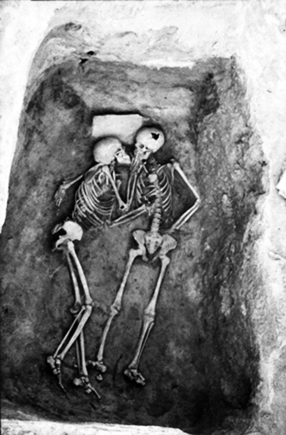 Os 2800 anos se beijam como se quisessem significar que o amor é eterno.